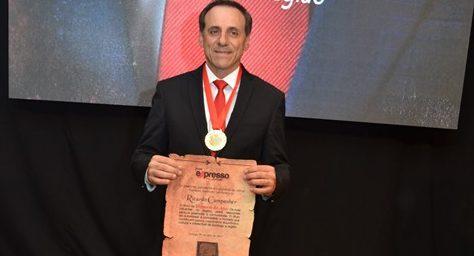 """Diretor da empresa recebe o prêmio """"homem do ano – os mais influentes da região"""""""
